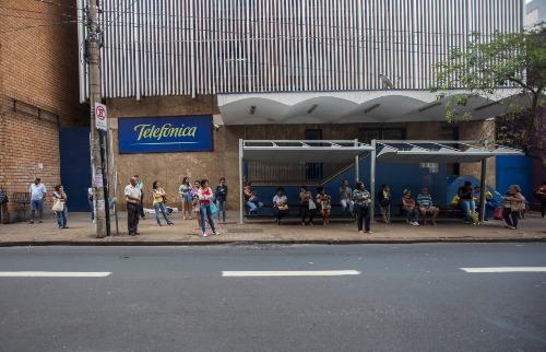 Weber Sian / A Cidade - Usuários do transporte coletivo esperam em ponto do Centro; roubos são uma preocupação permanente para todos (foto: Weber Sian / A Cidade)