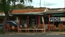 """Ponto de ônibus """"torto"""" preocupa moradores de Valinhos"""