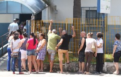 População enfrenta fila em unidades de saúde para se vacinar - Foto: Código 19