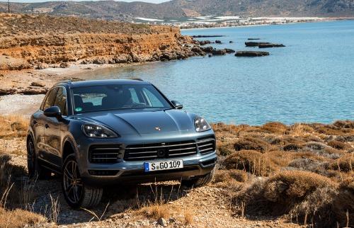 Divulgação - Versão o Cayenne Turbo ostenta um motor biturbo V8 4.0 litros de 550 cavalos de potência (foto: Divulgação)