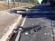 Veículo derruba poste e interdita vicinal de Bueno perto do Botânico