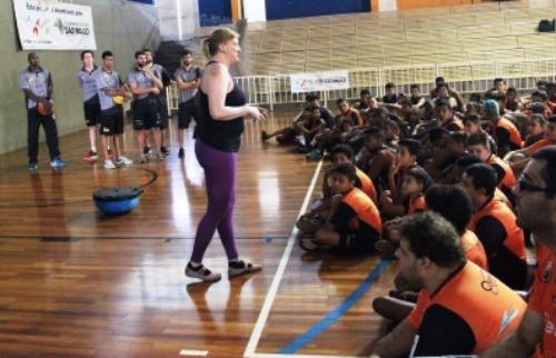 ACidade ON - Araraquara - Priscila Barros contou um pouco de sua história para os alunos do projeto Sonhando Alto