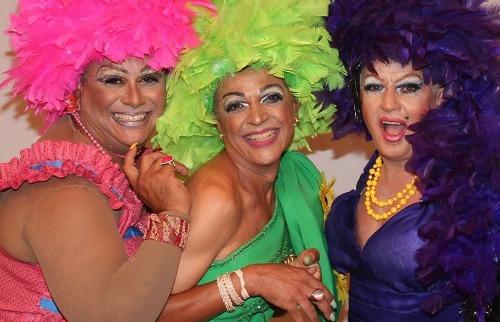 Três Drag Queens saem em busca do filho de uma delas no sertão brasileiro (Foto: Divulgação). - Foto: Divulgação