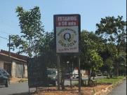 Placas e até barracas competem com sinalização de trânsito na região do Selmi Dei