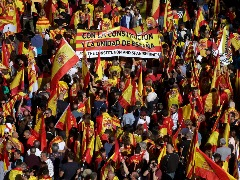 Multidão saiu às ruas em ato que contou partidos políticos e personalidades espanholas - Foto: Manu Fernandez / Associated Press / Estadão Conteúdo