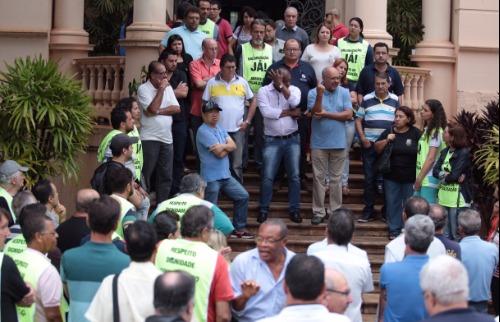 Weber Sian / A Cidade - Servidores protestam na porta de Prefeitura de Ribeirão Preto