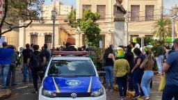 Comerciantes protestam contra o endurecimento da quarentena