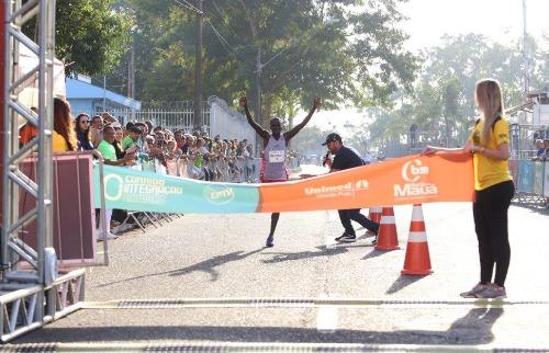 Queniano é o primeiro a cruzar a linha de chegada da prova (Foto: Roberto Galhardo/ Especial) - Foto: Roberto Galhardo/ Especial
