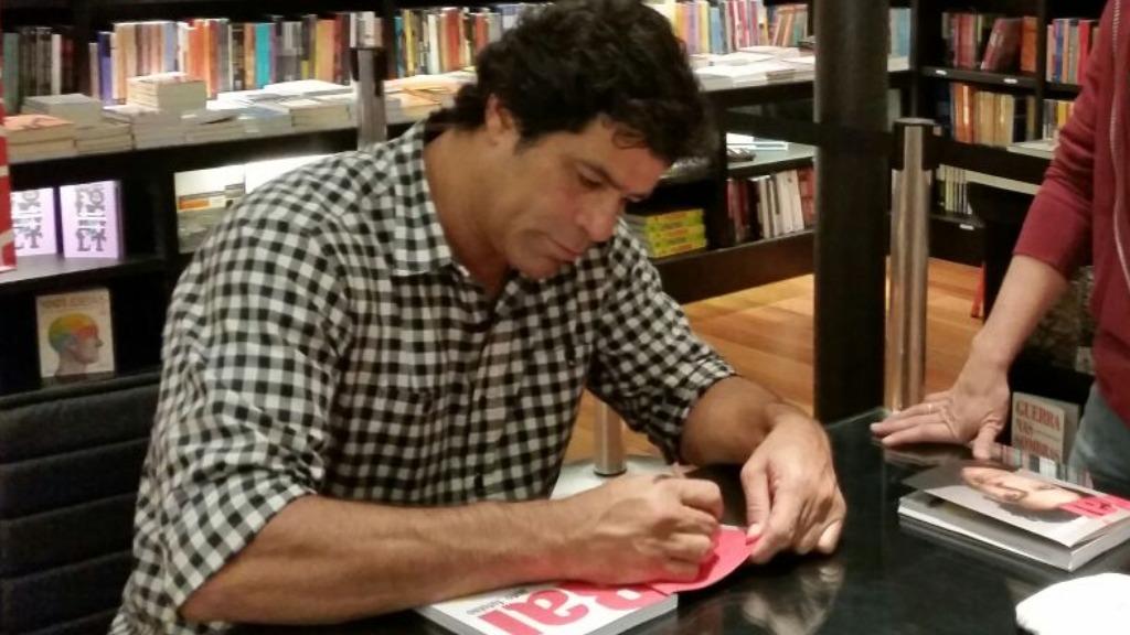 Raí autografa livro em Ribeirão Preto (Foto: Arquivo) - Foto: ACidade ON - Ribeirão Preto