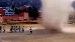 VÍDEO: Redemoinho invade campo de futebol amador na Bolívia