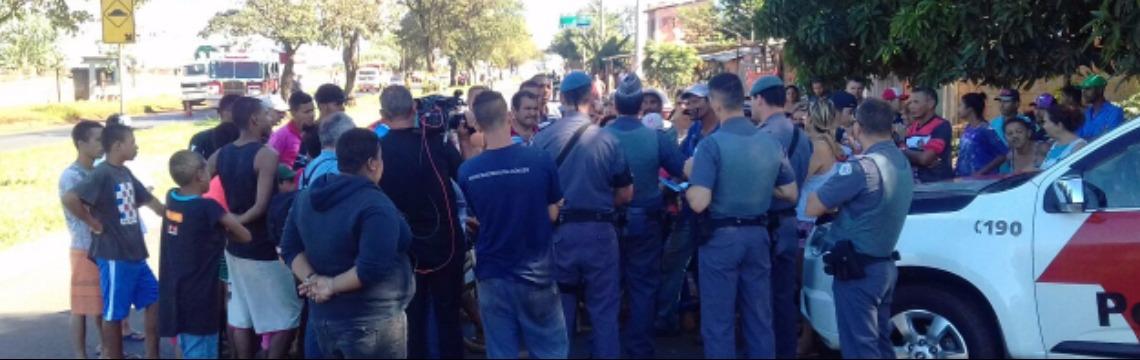 Moradores conversam com a Polícia Militar; veja mais fotos na galeria - Foto: Gabriela Virdes / A Cidade