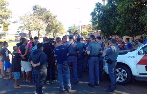 Gabriela Virdes / A Cidade - Moradores conversam com a Polícia Militar; veja mais fotos na galeria