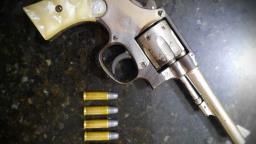 PM encontra revólver em barbearia no Aracy e prende proprietário