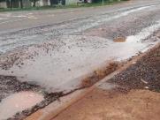 Morador reclama de buracos com água parada em rua do Heitor Rigon