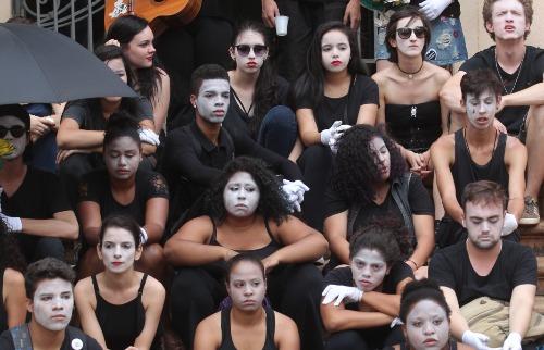 F.L. Piton / A Cidade - Maquiados e vestidos de preto, alunos do Ribeirão em Cena fizeram protesto nas escadariasda Prefeitura de Ribeirão à espera de uma solução