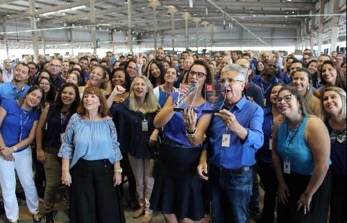 Funcionário da RT Rodonaves comemoram a conquista do prêmio Melhor Empresa Para Trabalhar pelo segundo ano consecutivo - Foto: Divulgação