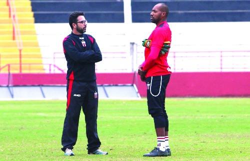 Luis Augusto / Agência Botafogo - O técnico Rodrigo Fonseca conversa com o goleiro Neneca: grupo apoia o treinador