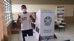 Candidato Rodrigo Ribeiro (PRTB) vota em Araraquara