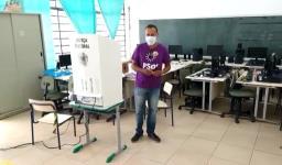 Candidato a prefeito de São Carlos, Ronaldo Mota (PSOL) vota na escola Adolfo Lobbe