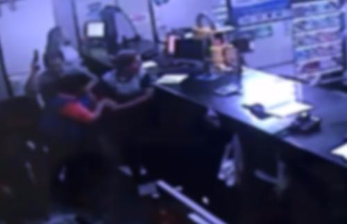 Comerciante dispara arma e bandidos correm do interior de loja - Foto: Câmera de segurança