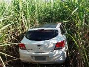 Polícia Militar encontra 2 carros abandonados em meio a canavial