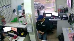 Câmera de segurança flagra assalto em loja de informática