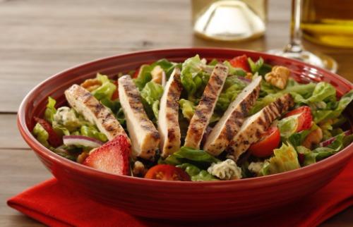 Divulgação/Abbraccio - Salada de frango com morango: boa pedida. Crédito: Divulgação/Abbraccio