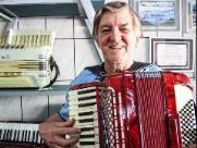 Nelson Trevisoli abre as portas de sua famosa fábrica de sanfonas