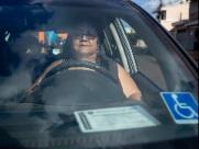 Por dia, 4 motoristas são multados por estacionar em vagas preferenciais