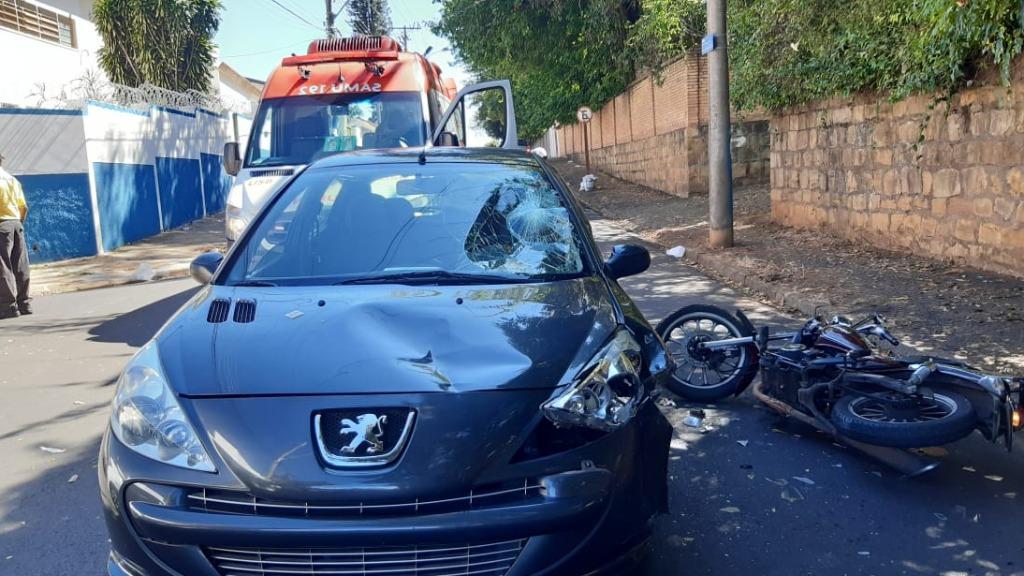 Motociclista fica ferido após colidir em carro na Vila Nery. Foto: CBN São Carlos - Foto: ACidade ON - São Carlos