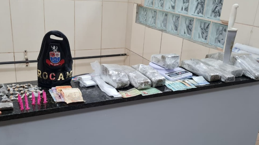 Droga foi apreendida em dois locais. Foto: Divulgação / Polícia Militar - Foto: DIVULGAÇÃO