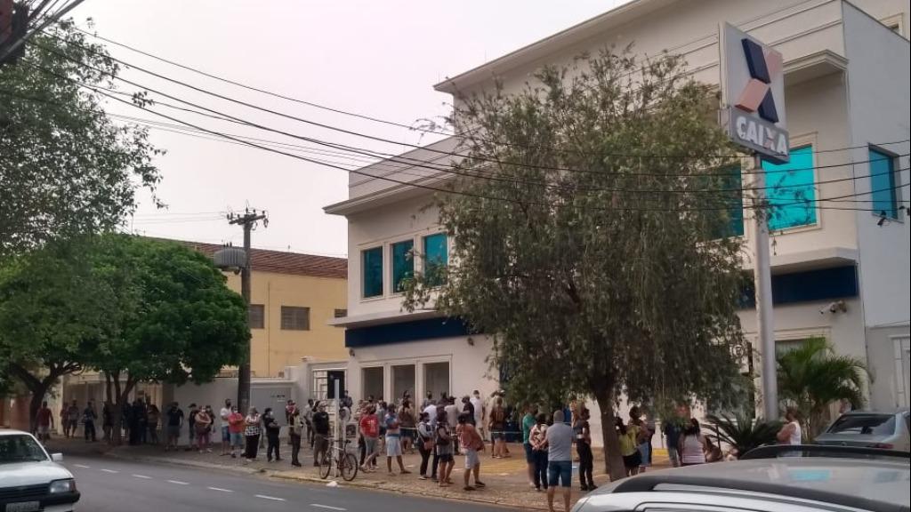 Moradores registram fila extensa em uma das agências Caixa em São Carlos (SP). Foto: Reprodução/CBN - Foto: ACidade ON - São Carlos