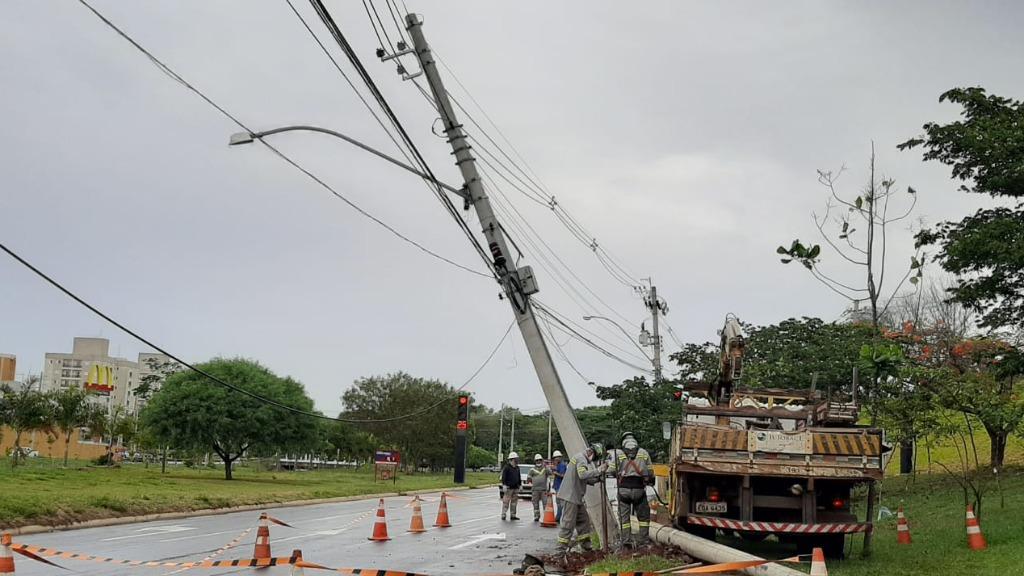 Colisão deixa poste 'pendurado' por fios na rotatória do Shopping. Foto: ACidade ON - Foto: ACidade ON - São Carlos