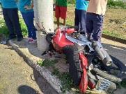 Motociclista fica em estado grave após colidir contra poste