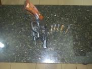Homem é detido com revólver dentro de bar em Ibaté