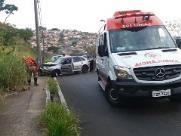 Carro com três crianças bate em poste na serra do Aracy