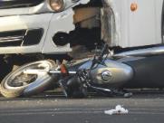 Motociclista avança sinal de parada e é atingido por ônibus