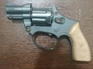 Jovem tenta se livrar de arma de brinquedo para não ser preso