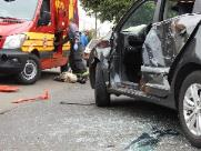 Motorista fica presa às ferragens após ser atingida por ônibus