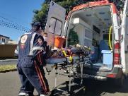 Motociclista colide contra guia e é arremessado em ponto de ônibus
