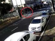 VÍDEO: veja momento em que placa de trânsito cai sobre motociclista