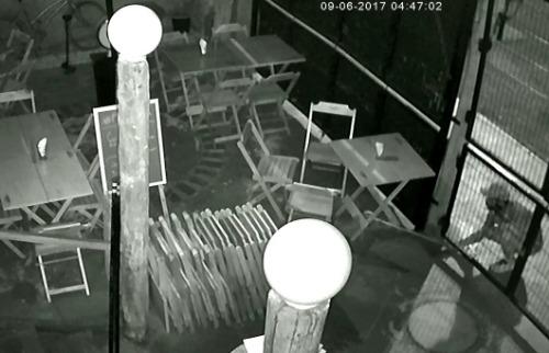 Ladrão usa a bengala para puxar mesas e cadeiras (imagem: câmeras de segurança) - Foto: Divulgação