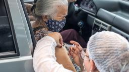 São Carlos inicia vacinação em idosos de 65 anos com novos postos drive-thru