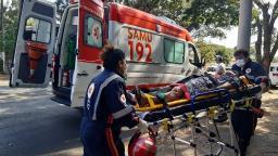 Colisão entre moto e Kombi deixa duas pessoas feridas na Integração