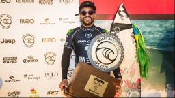 Brasileiro Ítalo Ferreira leva prêmio de melhor surfista do ano no