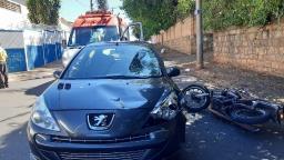 Motociclista fica ferido após colidir em carro na Vila Nery
