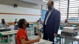 Secretário da Educação do Estado visita escolas que retomaram atividades em São Carlos