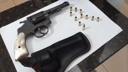 Homem é detido exibindo arma de fogo em estabelecimento em São Carlos