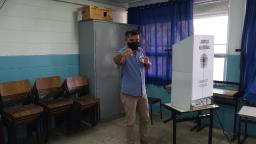 Candidato a prefeito de São Carlos, Leandro Guerreiro (Patriota) vota no Cidade Aracy