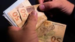 Mulher cai em golpe ao achar carteira e perde R$ 4,7 mil